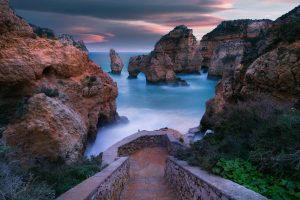 VP 6158829, Steps to rocks on the sea at Benagil in Portugal. Kollektion: Luxy Images